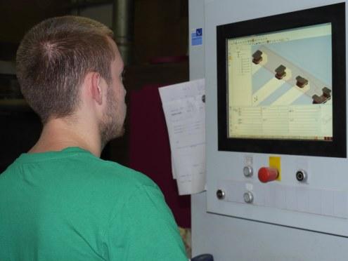 Erfan za CNC mašinom.jpg 1
