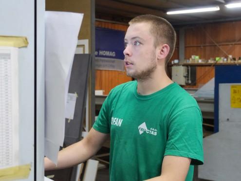 Erfan za CNC mašinom.jpg 2